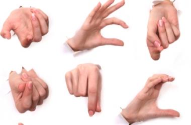 Женщины «метят» мужчин жестом