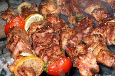 Вкусные блюда из куриной печени: шашлычки с беконом и шампиньонами