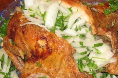 Курица с маринованным луком