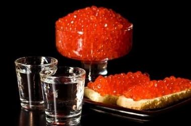 Красная икра + водка попали в список афродизиаков