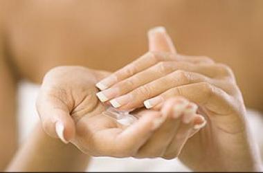 Уход за кожей рук осенью: 4 простых правила против сухости и шелушения