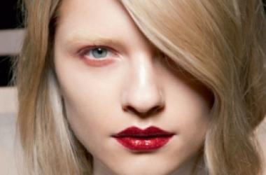 Мужчины не доверяют дамам с ярким макияжем - психологи