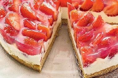 Самый вкусный торт с клубникой и творогом: без выпечки