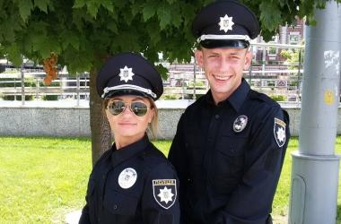 Киевские полицейские получили американские жетоны и новые погоны (фото)