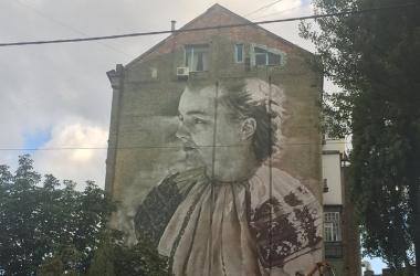 Огромная Леся Украинка теперь украшает центр Киева