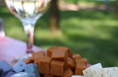 Сыр и вино: можно ли подавать их вместе