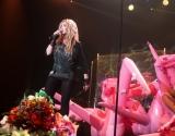 Постройневшая Ирина Билык во время концерта парила над сценой и рассыпала снег