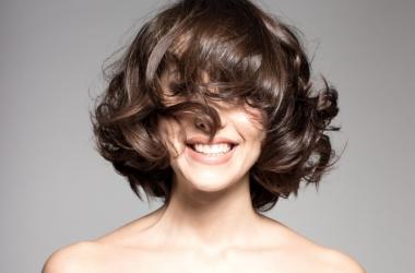 Почему выпадают волосы: причины и советы