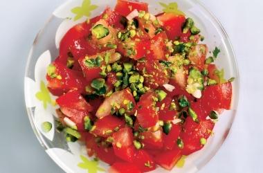 Салат из помидоров с орехами и семечками