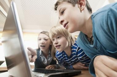 Гаджеты мешают детям видеть чужие эмоции - ученые