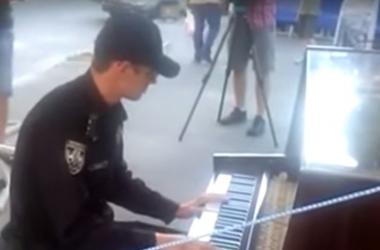 Поліція має талант: киевский коп сыграл на пианино на Андреевском спуске (видео)