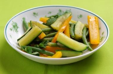Блюда из спаржевой фасоли: теплый салат с цукини, спаржевой фасолью и болгарским перцем