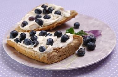 Легкие десерты: вкусные сладкие бутерброды с ягодами и фруктами