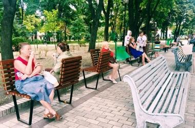 В Киеве в парке Шевченко появились зеркальные скамейки (фото)