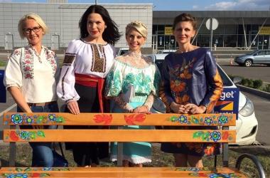 Влада Литовченко вместе с дипломатами разрисовала скамейки в аэропорту Жуляны (фото)