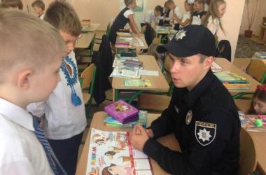Полиция Киева 1 сентября отправилась в школу (фото)