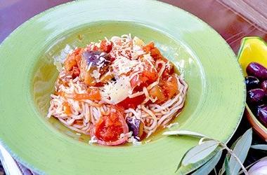 Рецепт дня с Ширатаки: Спагетти с баклажанами, томатами и маслинами (пошаговый рецепт с фото)