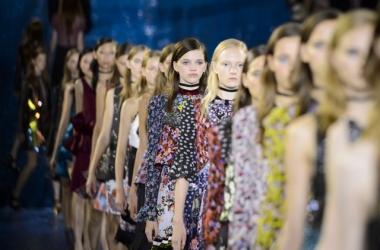Эвелина Хромченко рассказала, какие расцветки в моде: необычная обувь от Mary Katrantzou на Неделе моды 2015