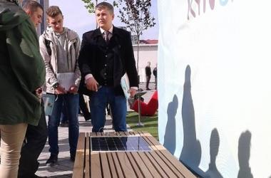 В Киеве установили скамейку на солнечной батарее: кто уже успел подзарядить телефон? (фото)