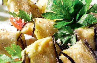 Рецепты из баклажанов: вкуснейшие рулетики из баклажанов с помидорами, сыром и чесноком