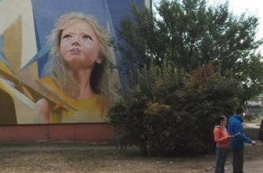 В Киеве на 5-этажном доме появился новый оптимистичный мурал (фото)