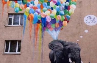 Слон-оптимист, мечтающий летать, украсил дом: в Киеве появился новый мурал (фото)