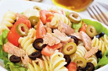Весенний салат с пастой и тунцом