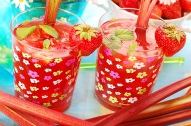 Летний охлаждающий напиток из ревеня и клубники