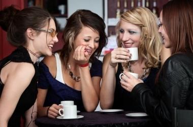 Как привлечь деньги и счастье: инструкция перед встречей с друзьями