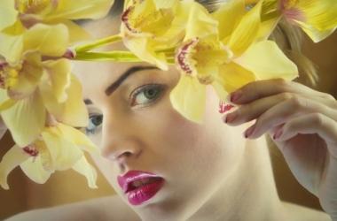 Яркий весенний макияж на 8 марта (видео)
