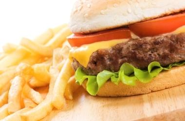 Чем на самом деле опасна вредная еда