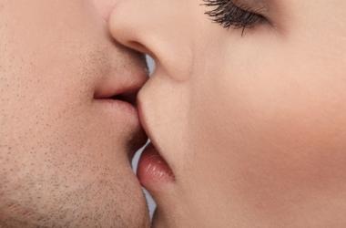 Поцелуи сохраняют любовь лучше секса - ученые