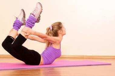 Утренняя зарядка: комплекс коротких упражнений для бодрости и здоровья (видео)