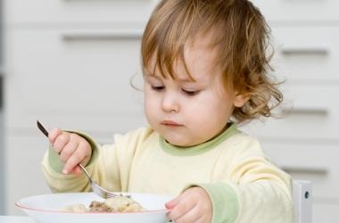 Как накормить маленького ребенка?