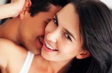 Мужчина подчиняет женщину одной лишь улыбкой