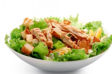 Оригинальный рецепт салата Цезарь с оливками