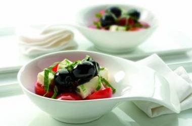 Вкусный завтрак: салат  с испанскими оливками и сыром