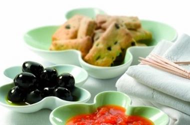 Оригинальный рецепт: крекеры с испанскими оливками