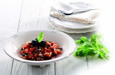Праздничный салат из испанских оливок с томатами и кориандром