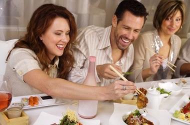 Новогоднее застолье без последствий для здоровья: как и что можно есть, а от чего отказаться
