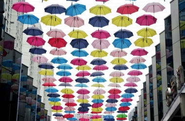 Стрит-арт: в китайском городе зонты развесили на улице (фото)
