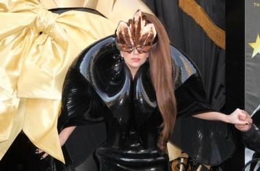 Леди Гага ужаснула шапкой-маской из волос (фото)