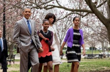 Стиль от звезды: Мишель Обама и дочки на праздничной мессе (фото)