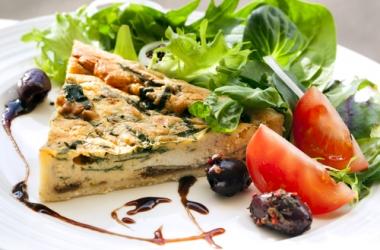 Рецепт: киш с испанскими оливками и луком