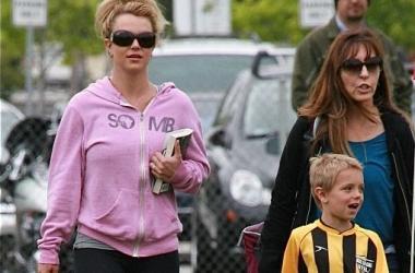 Стиль от звезды: Бритни Спирс в эротичном спортивном костюме (фото)
