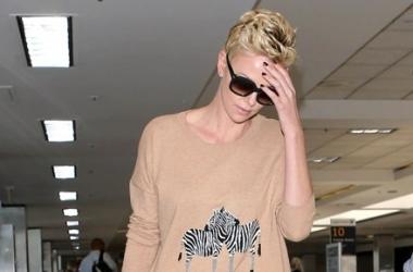 Модная фишка: Шарлиз Терон в забавном джемпере с зебрами (фото)