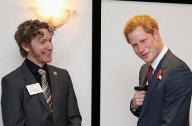 Британского принца Гарри заставили играть в куклы (фото)