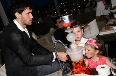 Футболист Юрий Жирков научил 2-летнюю дочь курить кальян (фото)