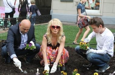 Певица Валерия приобщила семью к работе в огороде (фото)