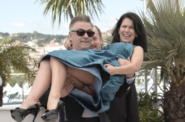 Алек Болдуин похвастался в Каннах прелестями беременной жены (фото)
